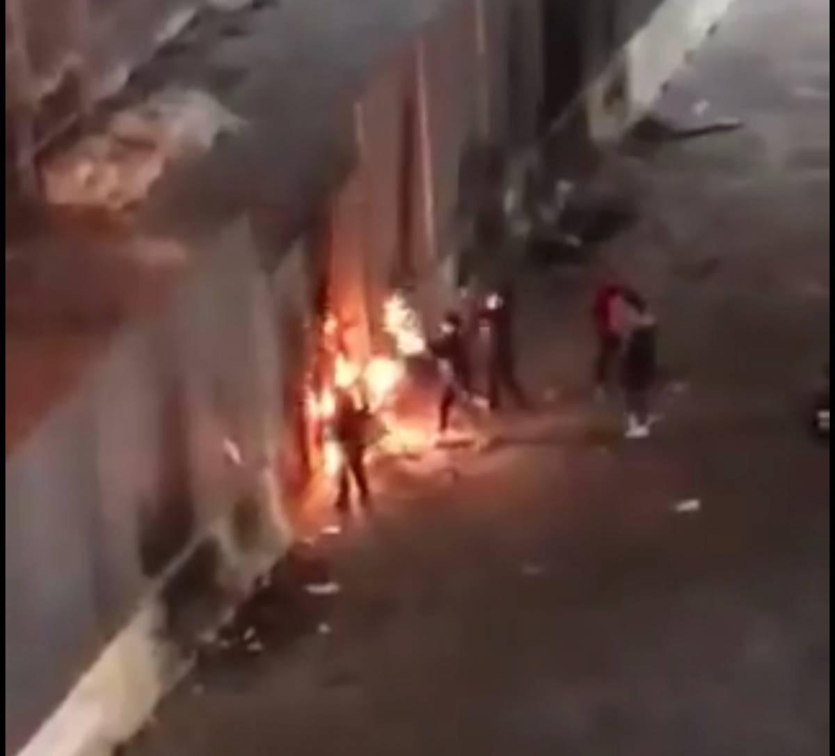Baby gang appicca incendio fuori da una chiesa in piazza Sanità
