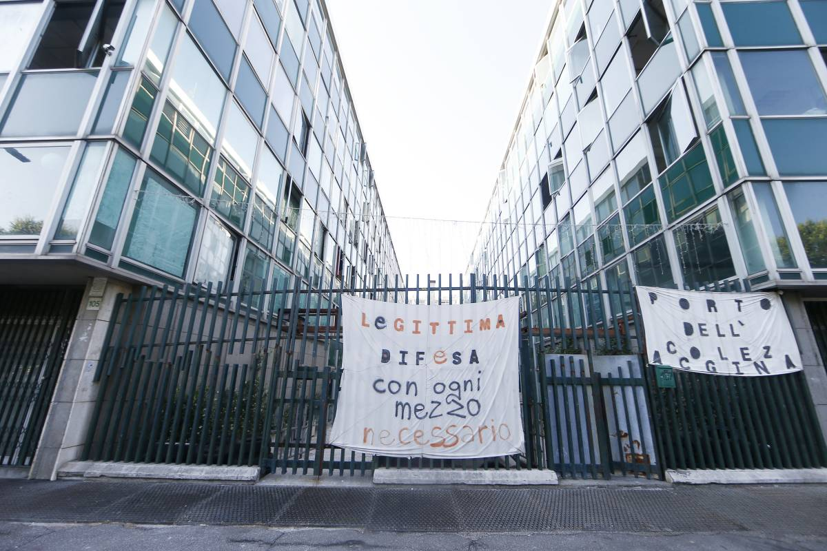 """Zingaretti vuol dare case a stranieri e occupanti abusivi: """"Favore alla Raggi"""""""