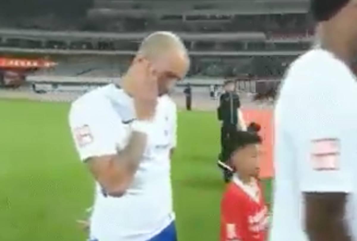 Cina, calciatore brasiliano si tocca il viso durante l'inno: squalificato