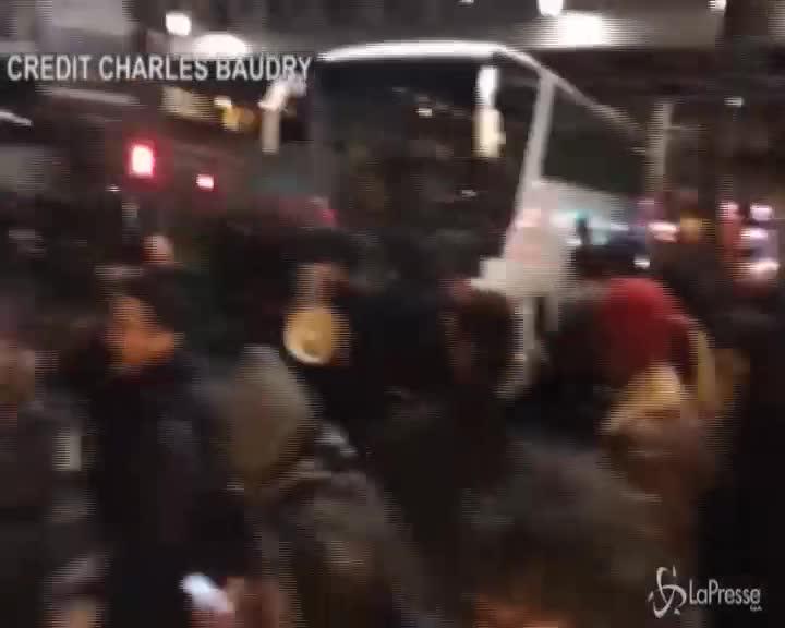 Francia: Macron a teatro, manifestanti tentano il blitz e la polizia li blocca