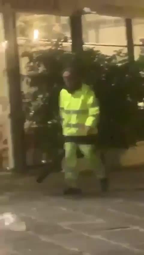 Il video dell'aggressione all'operatore ecologico
