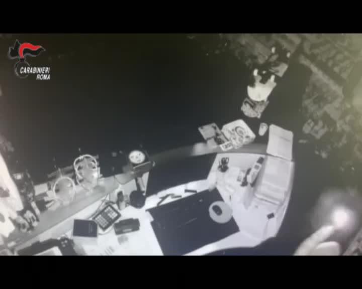 """La """"gang delle serrande"""": baby ladri rom in azione a Centocelle"""