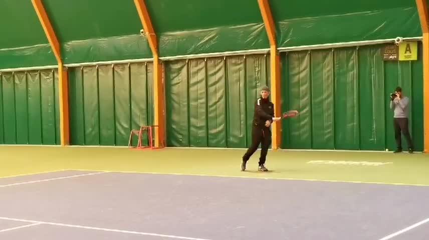 Fiorello gioca a tennis con Sinner