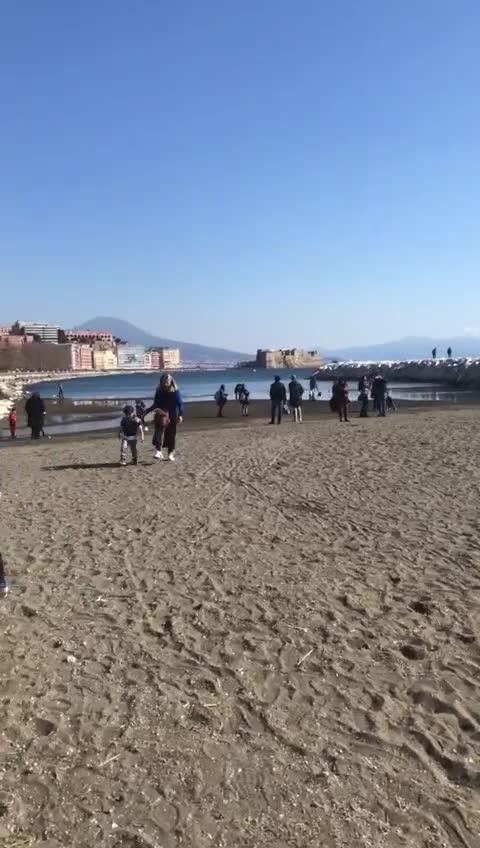 Le immagini choc dei bambini che giocano in spiaggia tra le siringhe dei tossici