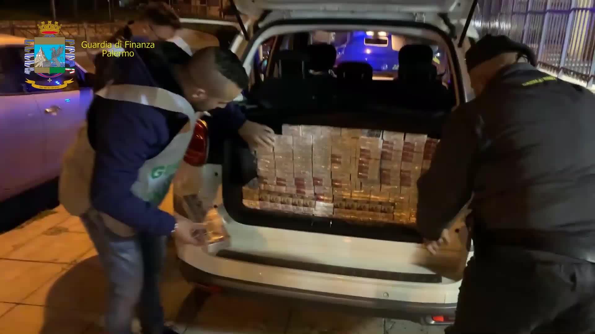 Scatta il controllo sull'auto: nel bagagliaio 500 stecche di sigarette