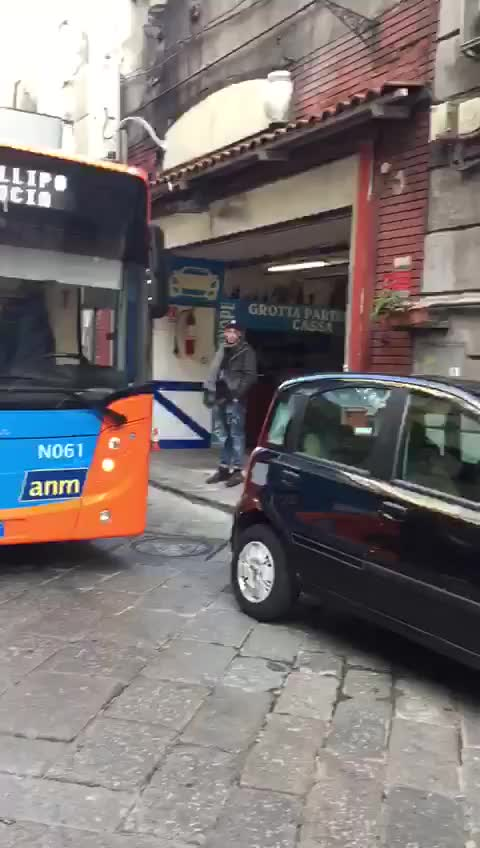 Un autobus di linea bloccato dalla sosta selvaggia a Napoli
