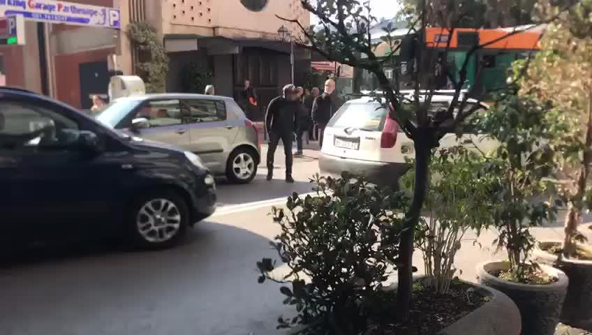 Anche per le strade di Giugliano in Campania la sosta selvaggia blocca i bus
