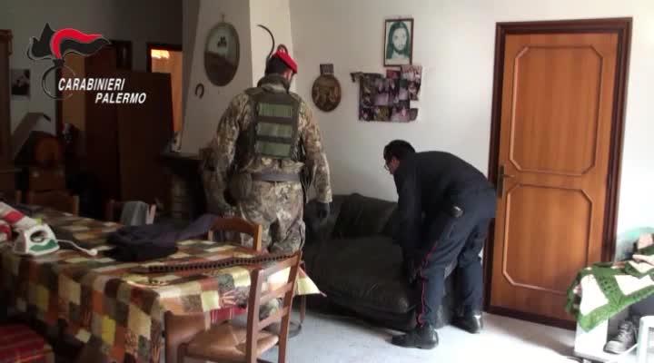 Il blitz dei carabinieri, nel casolare scoperto arsenale