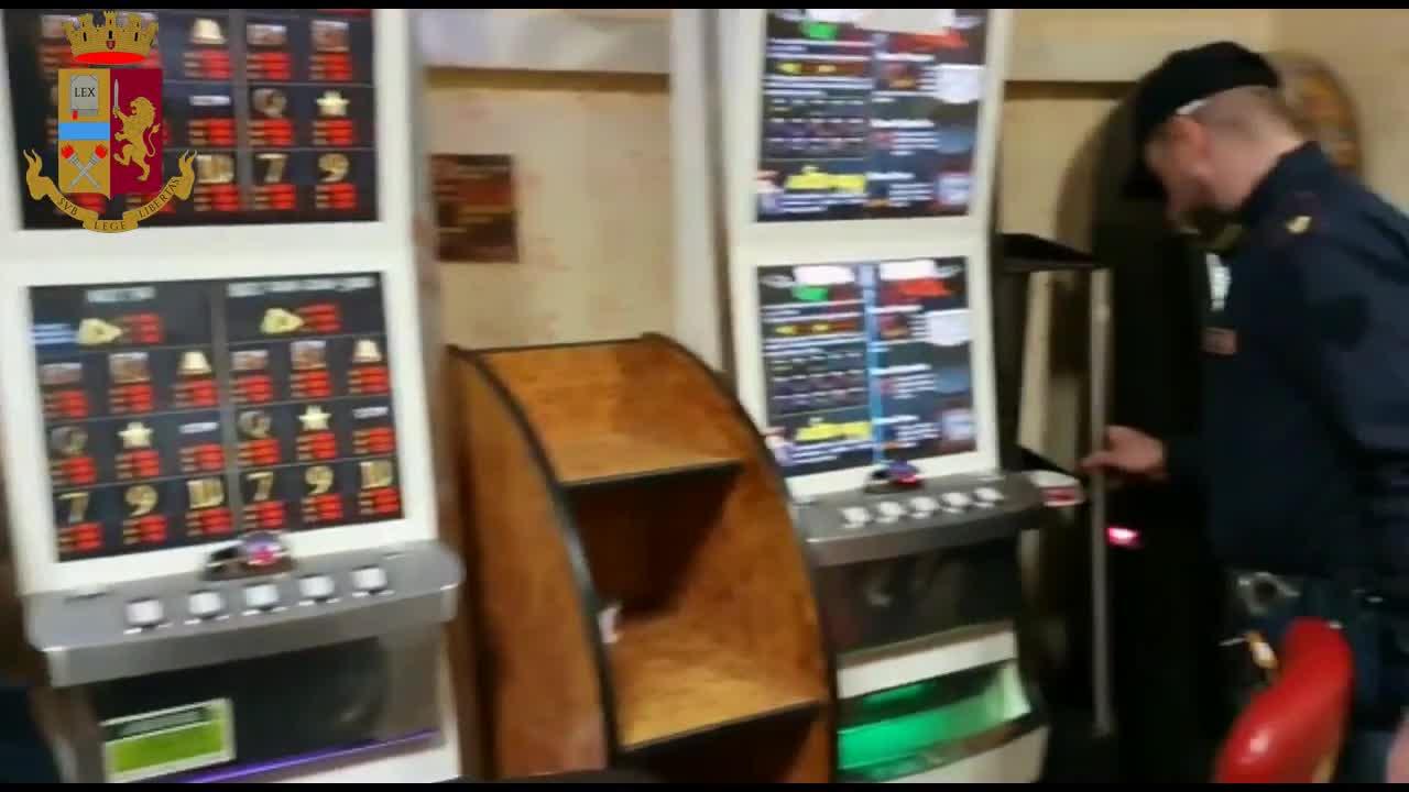 Slot machine abusive in un locale: sotto indagine i due gestori