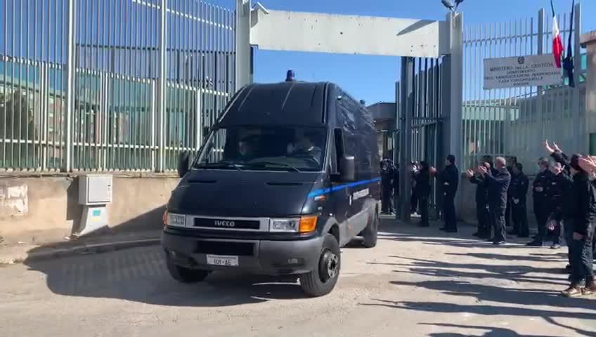 Foggia, rivolta in carcere: l'omaggio alla polizia penitenziaria