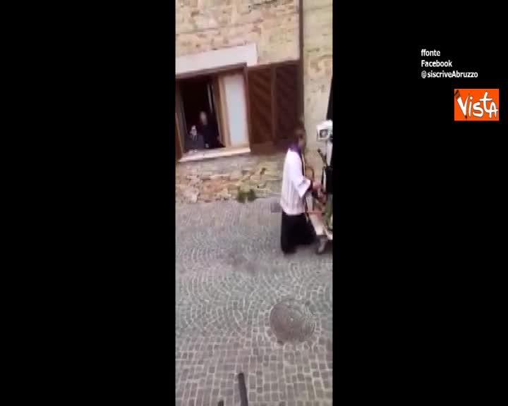 Vietate le messe? In Abruzzo il parroco porta la statua della Madonna casa per casa