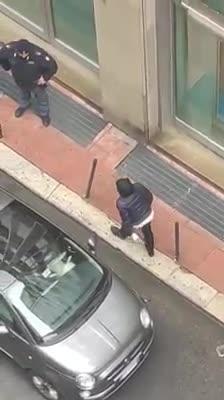 Bari, cittadini disperati contro la filiale di banca chiusa
