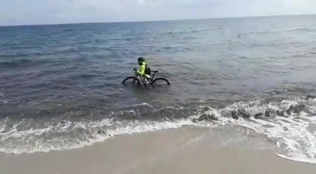 Otranto, le immagini del ciclista in acqua