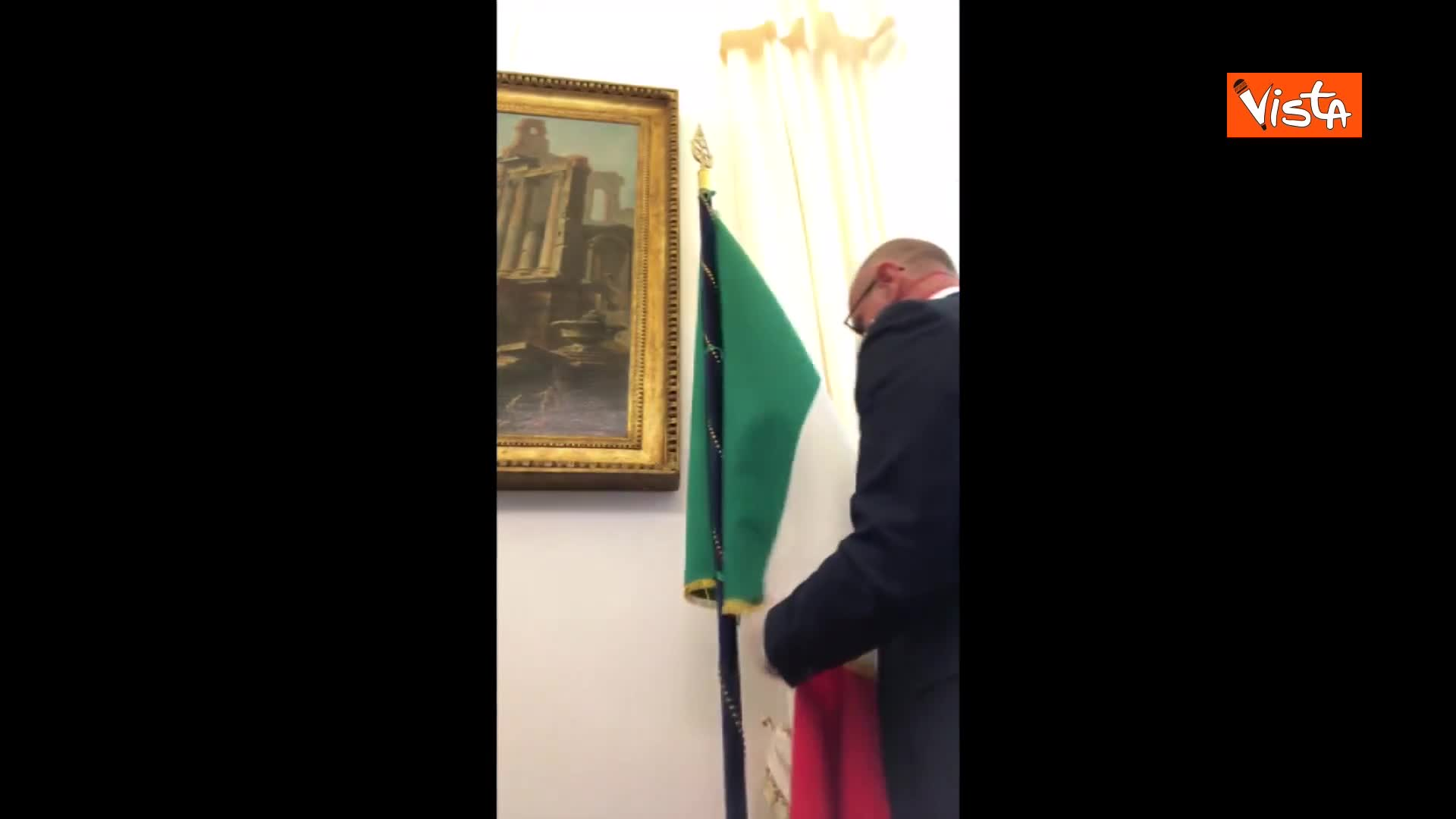 Rampelli (FdI) toglie la bandiera europea dal suo studio