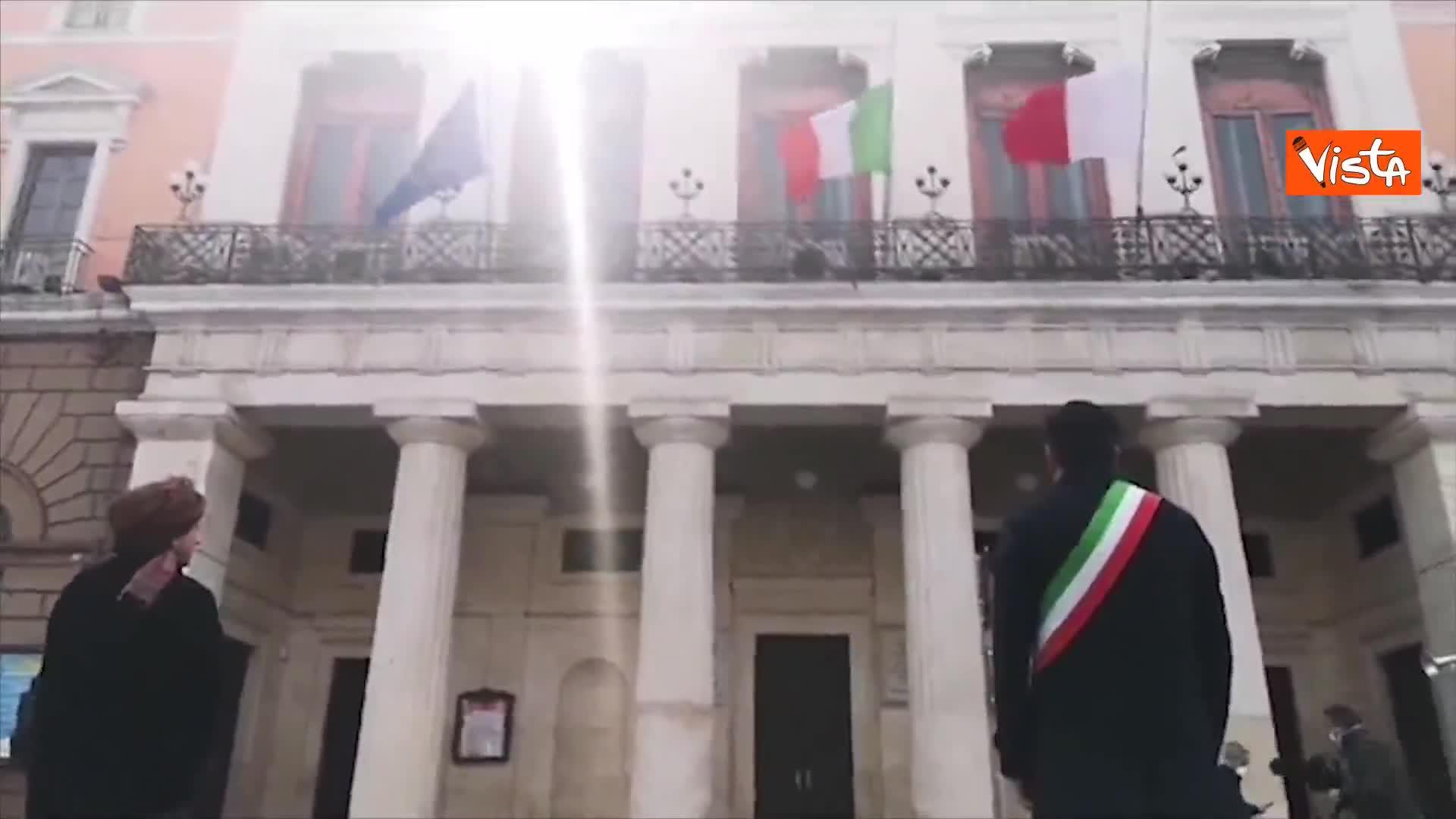 Il sindaco Decaro davanti al comune di Bari per il minuto di raccoglimento in ricordo delle vittime