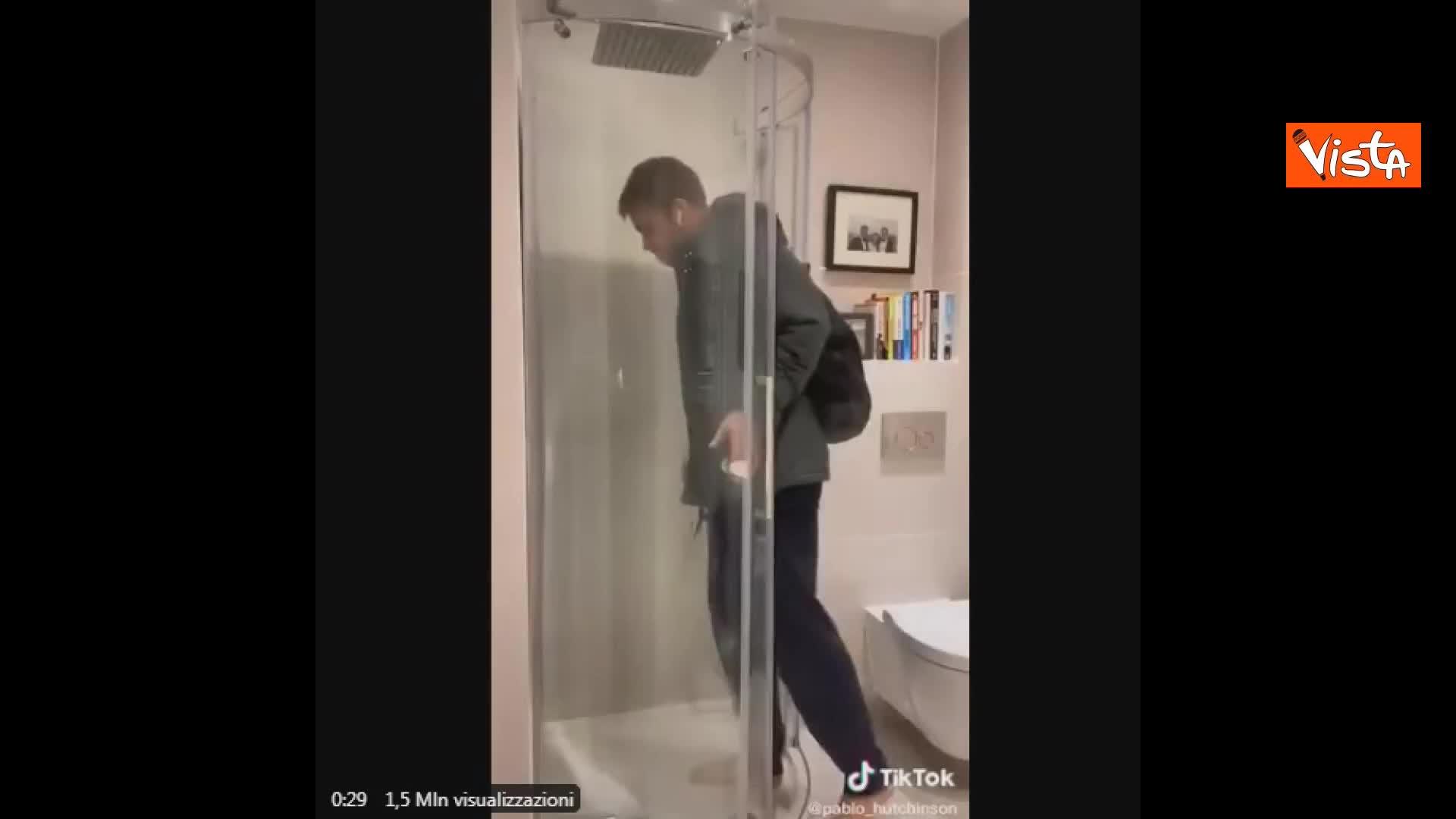 Ricreano vagone della metro di Londra nella doccia di casa