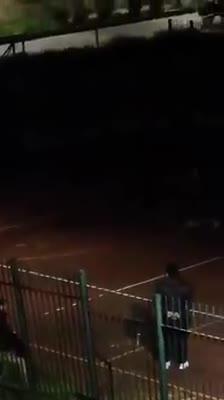 Giocano a calcetto di notte per eludere le restrizioni anti-Coronavirus