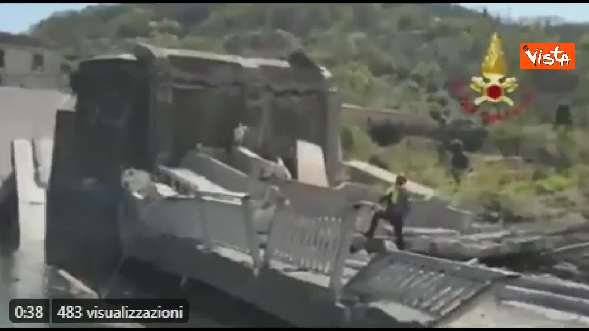 Ponte crollato, le operazioni di soccorso dei vigili del fuoco