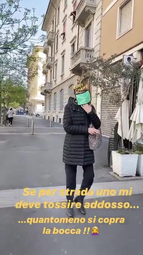 """Maddalena Corvaglia sbotta con una passante senza mascherina: """"La conosce la legge?"""""""