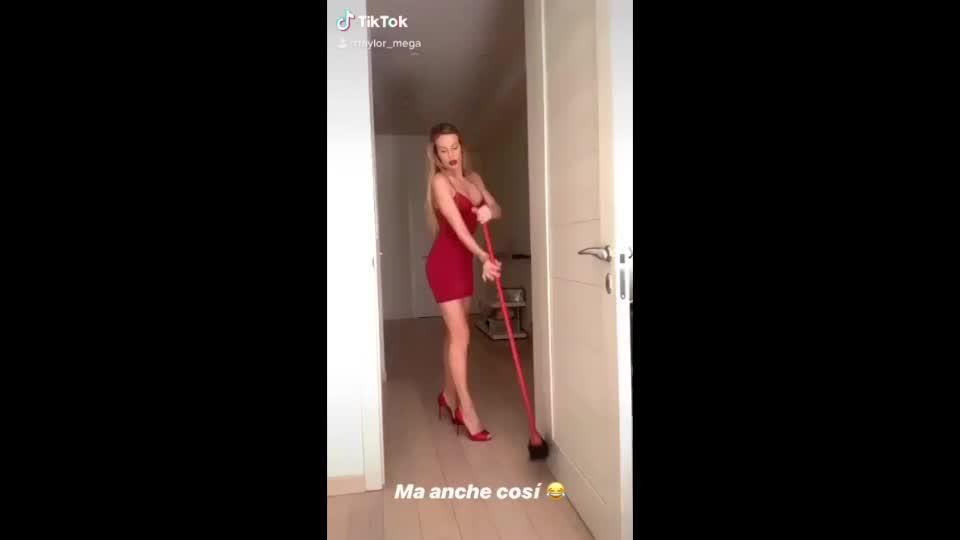 Le sexy pulizie di primavera di Taylor Mega