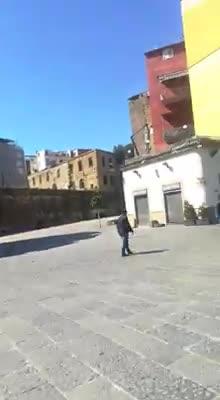 Le immagini degli assembramenti degli stranieri a Porta Capuana