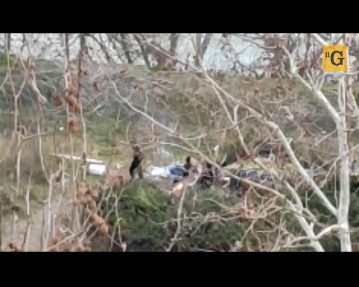 Il campo nomadi abusivo sul Lungotevere, tra roghi tossici e immondizia
