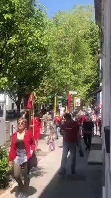 25 aprile, a Roma le bandiere rosse sfilano senza rispettare i divieti