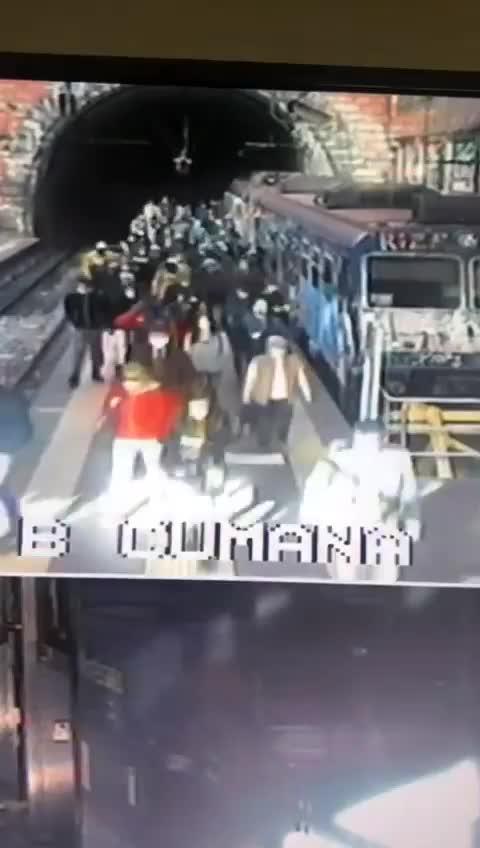 La folla di pendolari nella stazione della Cumana