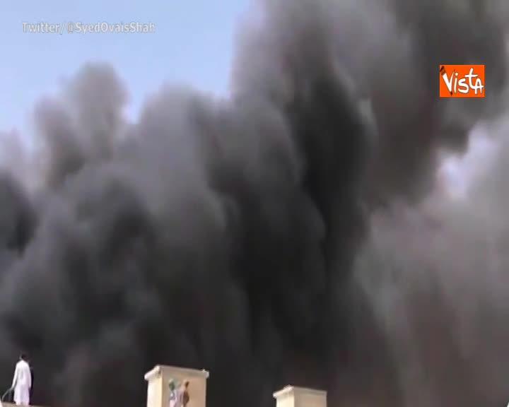 Aereo si schianta su area residenziale di Karachi in Pakistan, a bordo 107 persone