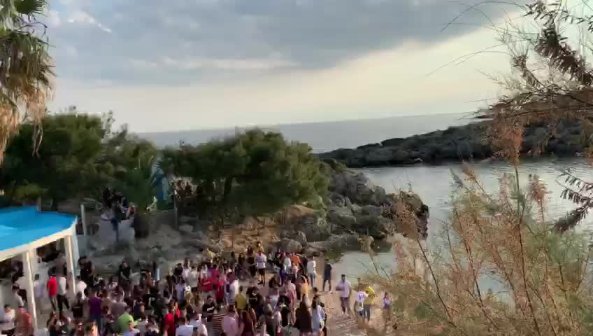 Taranto, assembramenti in spiaggia