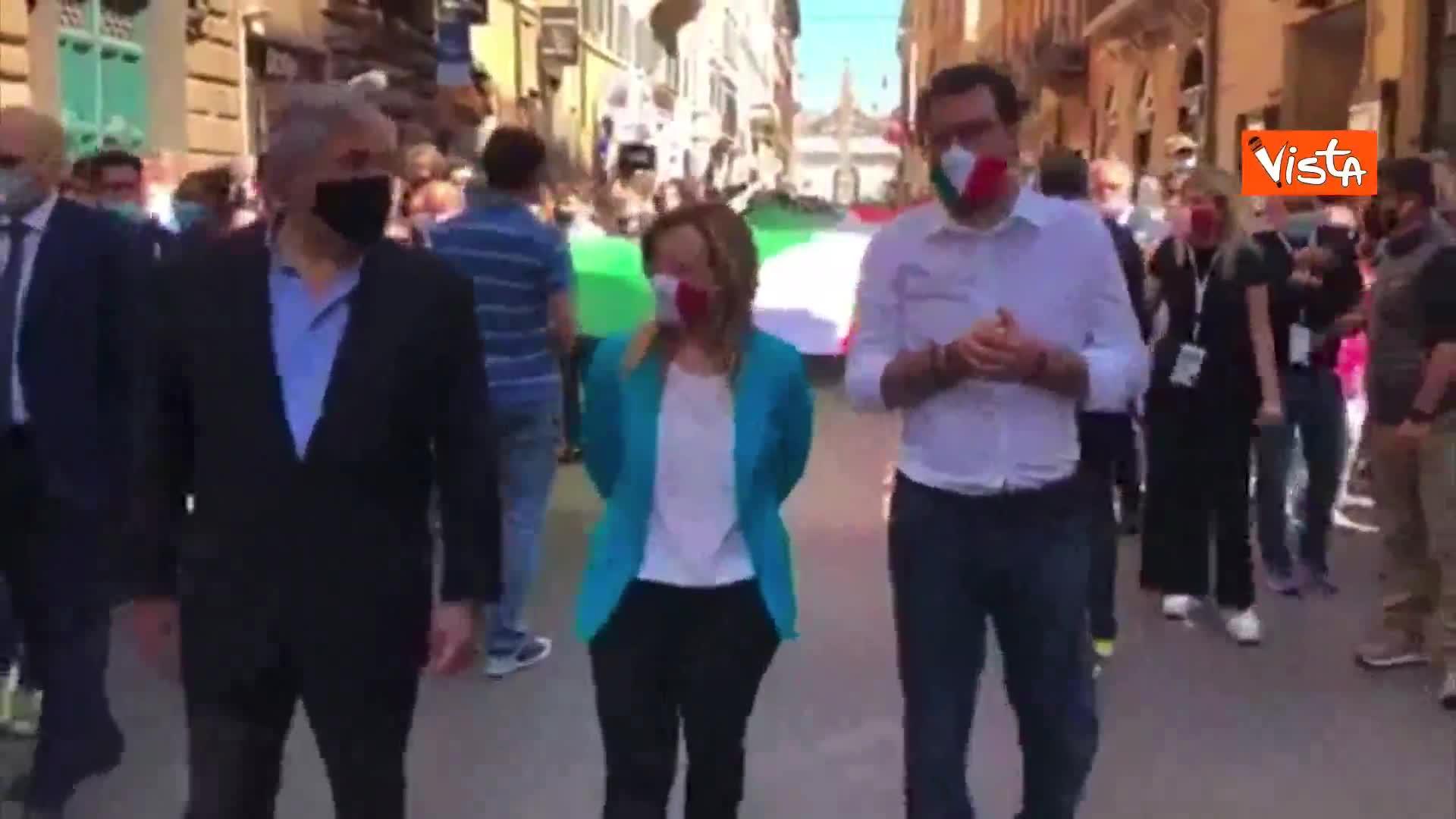 Tajani, Meloni e Salvini col maxi tricolore per le strade di Roma