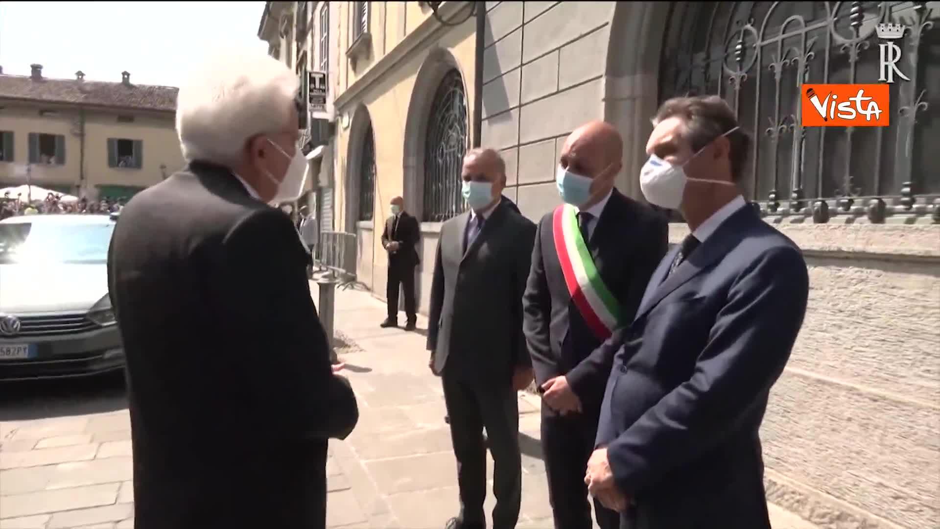 2 giugno, Mattarella accolto dagli applausi a Codogno, lui saluta da lontano