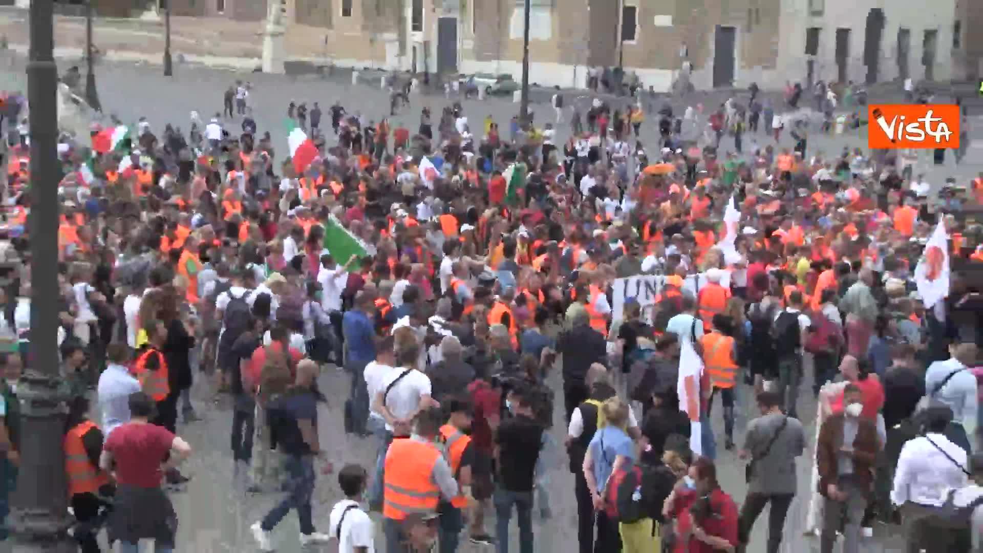 I Gilet arancioni in Piazza del Popolo tra assembramenti e poche mascherine