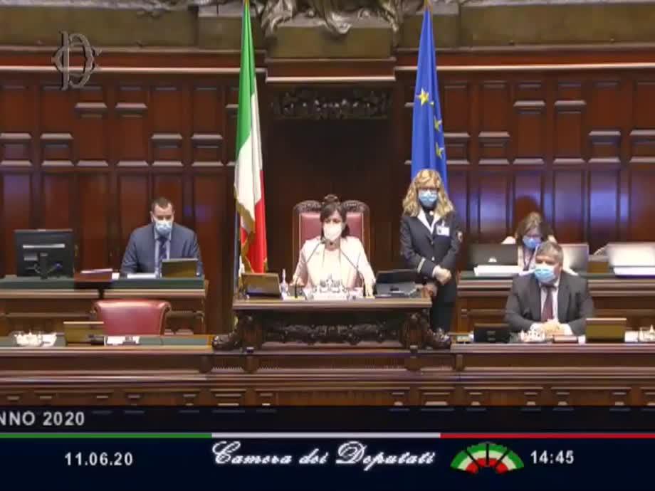 Mara Carfagna riprende Sgarbi durante l'intervento di Lupi