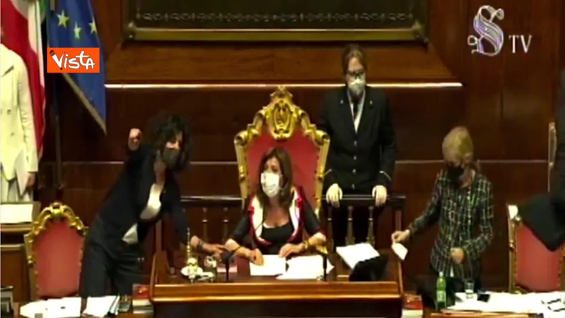 Elezioni, respinta proposta Calderoli per 3 voti, polemica su presenze in Aula, scoppia la bagarre