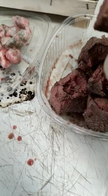 La polizia trova droga dentro un piatto di carne