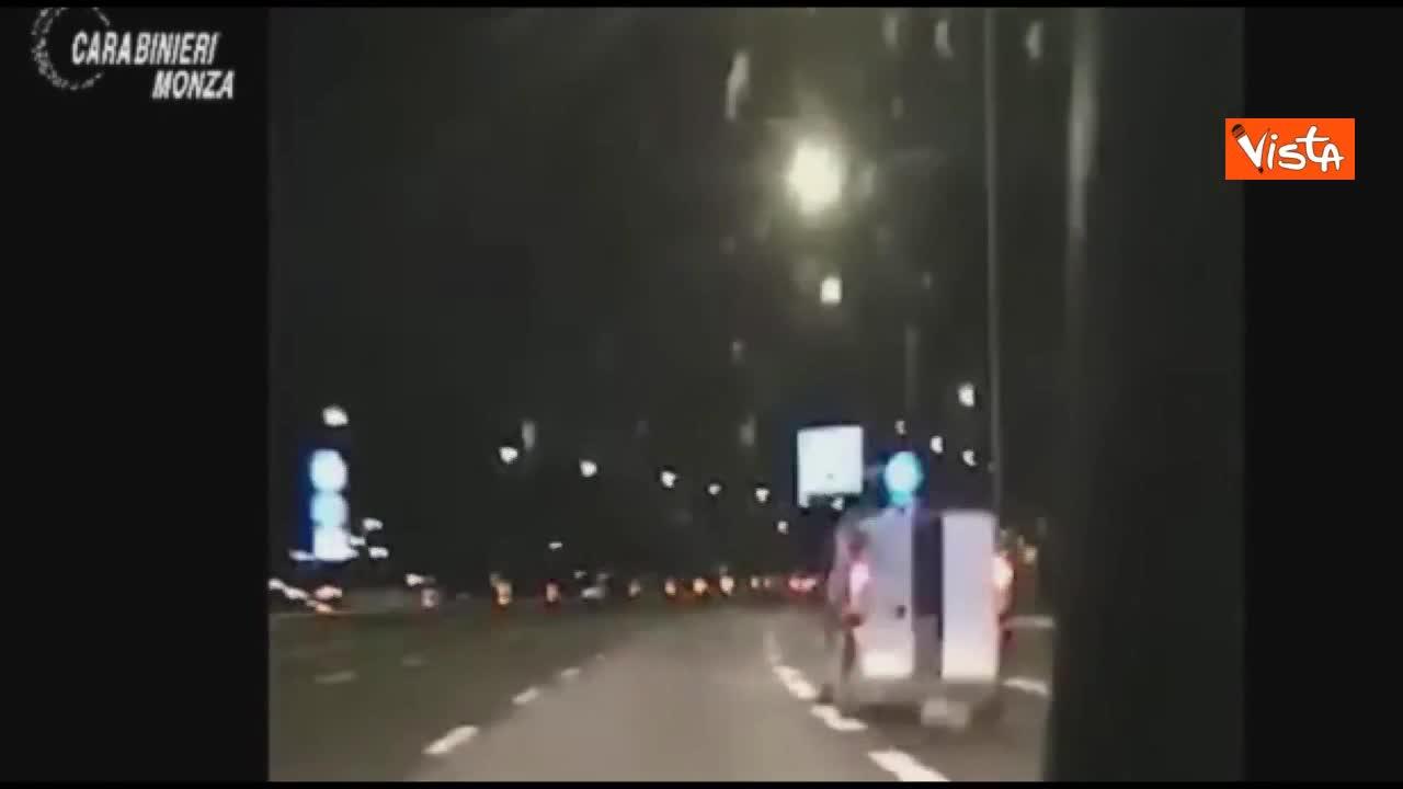 Inseguimento in tangenziale, ladri in fuga gettano la refurtiva per fermare i carabinieri