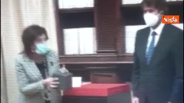 Statuetta restituita a Iraq rischia di cadere, Franceschini la prende al volo. Salvata due volte