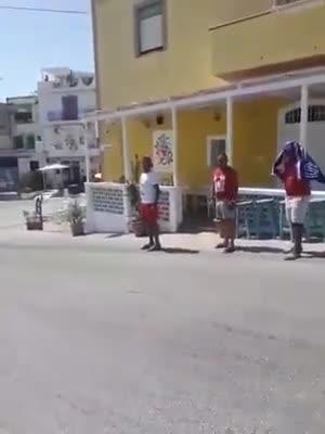 Migranti eludono la quarantena, a spasso per Lampedusa