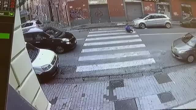 Napoli, auto travolge uomo sulle strisce pedonali
