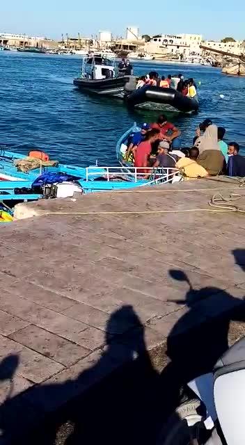 Ancora sbarchi a Lampedusa: le immagini di due barchini