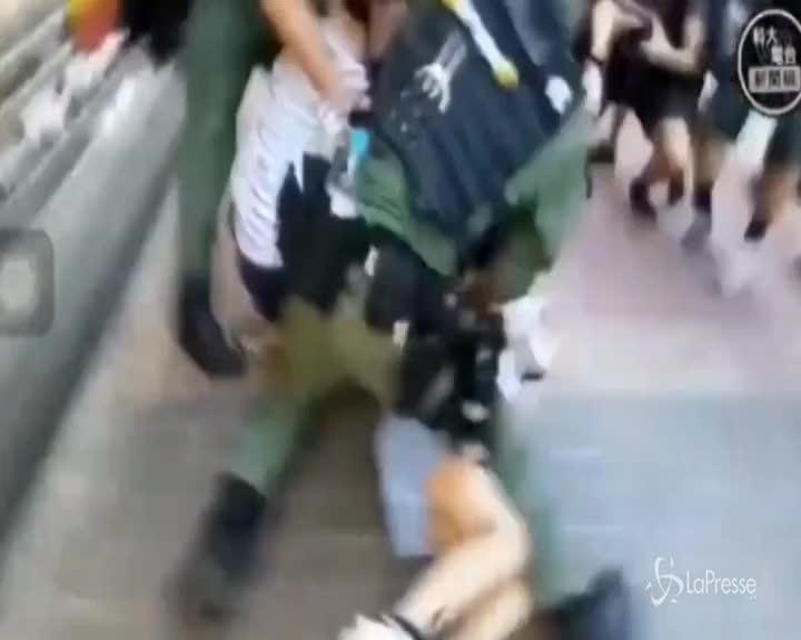 Hong Kong, l'arresto choc di una dodicenne