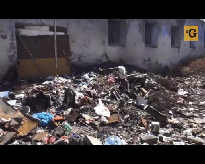 Immondizia e roghi nel casale abbandonato: così è diventato un campo rom