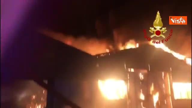 Incendio devasta il porto di Ancona