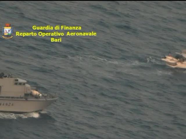 Lecce, intercettato a largo un veliero carico di migranti