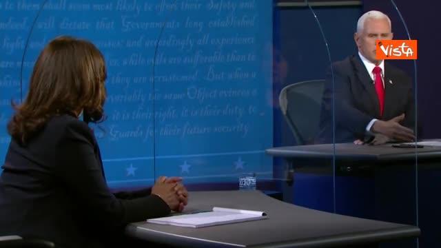 La mosca sulla testa di Pence durante il dibattito con Kamala Harris