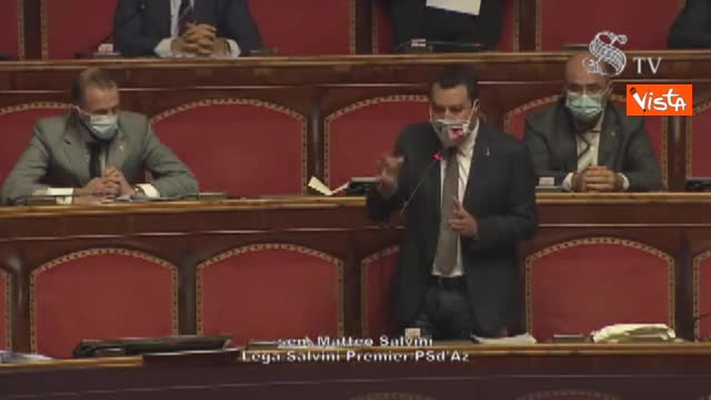 Salvini si toglie la mascherina, Calderoli gliela fa rimettere