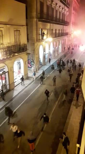 Lancio di petardi e bombe carta contro la polizia