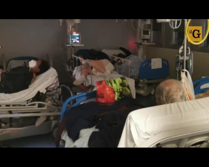 Le immagini choc dal pronto soccorso Covid: pazienti ammassati uno sull'altro