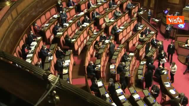 """""""Pedagogia didattica"""" i cartelli della Lega in Aula al Senato al M5s"""